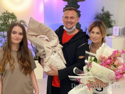 Ангелину Монах с дочкой выписали из роддома